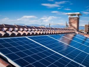 Energia słoneczna uzyskiwana poprzez baterie fotowoltaiczne umieszczone na dachu budynku