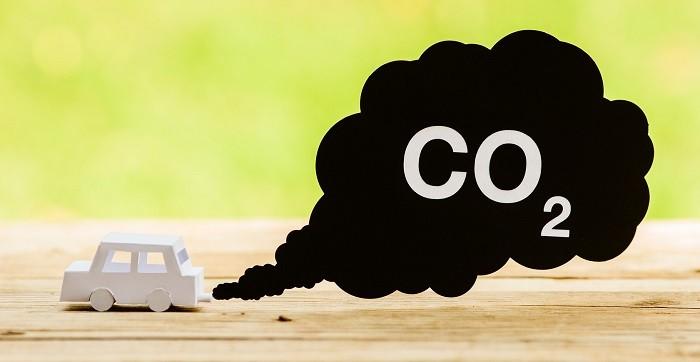 Auto produkujące spaliny samochodowe zanieczyszczające środowisko