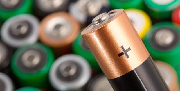 Na pierwszym planie bateria, w tle baterie