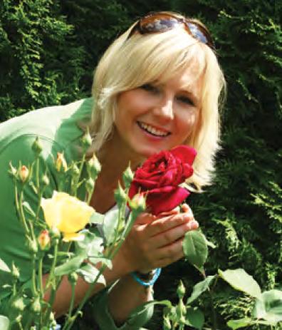 """Maja Popielarska – absolwentka SGGW (specjalizacja architektura krajobrazu); dziennikarka TVN, prezenterka pogody oraz współautorka programu """"Maja w ogrodzie"""", poświęconego projektowaniu ogrodów i pielęgnacji roślin. Uwielbia podróże (zachwycają ją Mazury) i ogromne wiejskie ogrody. Prywatnie mama dwóch synów, których również uczy miłości do przyrody. W 2013 roku uhonorowana prestiżową nagrodą branży ogrodniczej: Honorowy Zielony Laur – nagrodę przyznano za nieustanne budzenie i rozwijanie pasji ogrodniczej w społeczeństwie."""